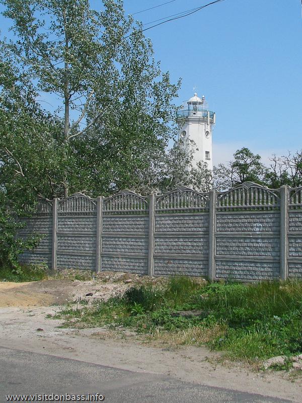 Вид на Белосарайский маяк с дороги
