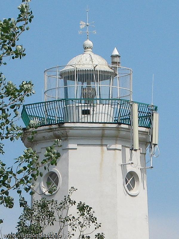 За стеклами установлена мощная лампа маяка