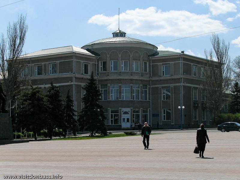 В одном заводоуправлении размещен директорат двух предприятий: Донецксталь и ДЭМЗ (бывший ИСТИЛ)