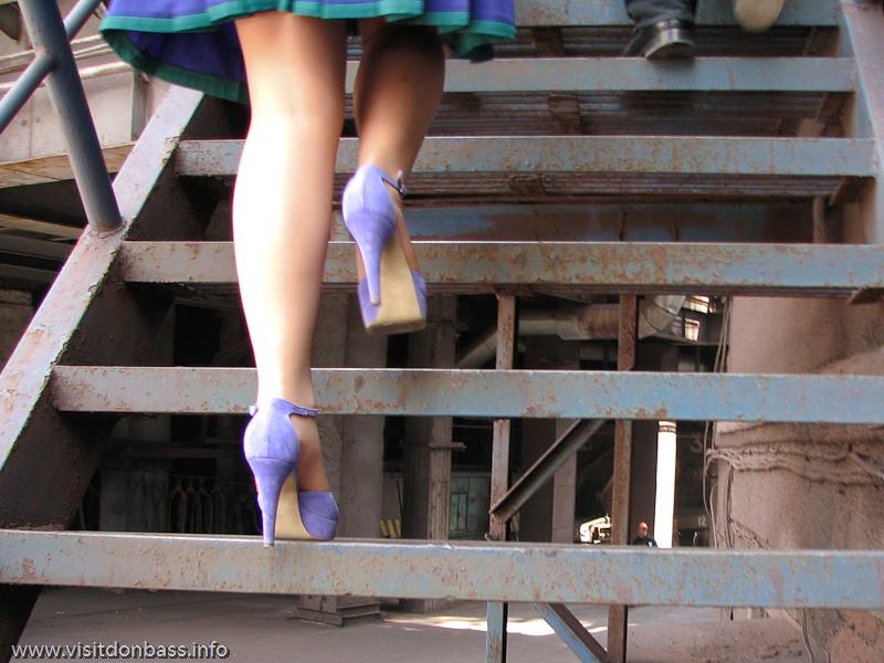 На промышленных объектах необходимо использовать спецодежду, а не туфли на шпильках