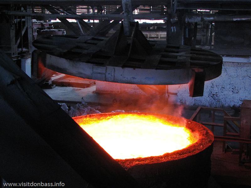 Ковш с жидкой сталью на металлургическом заводе Донецксталь