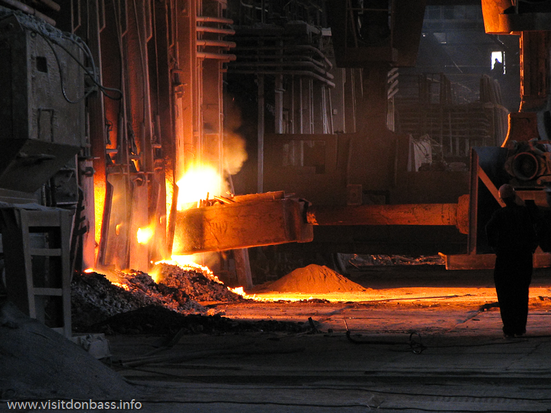 Загрузка стального лома в мартеновскую печь на металлургическом заводе Донецксталь | Open Heart Furnaces