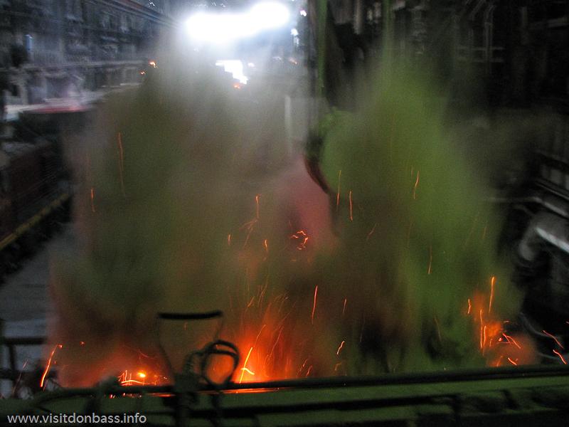 Процесс разогрева стали в ковше в мартеновском цехе завода Донецксталь