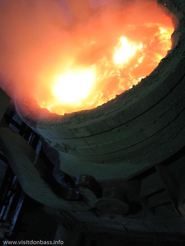 Жидкая сталь в ковше в мартеновском цехе завода Донецксталь