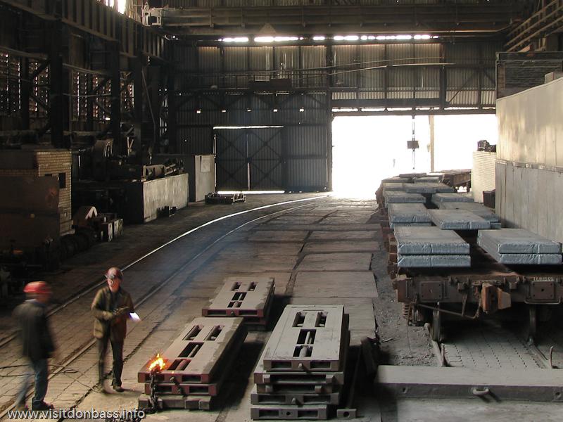 Металлургический завод Донецксталь. Готовая продукция и опасное производство. Грузовые вагоны с готовой продукцией