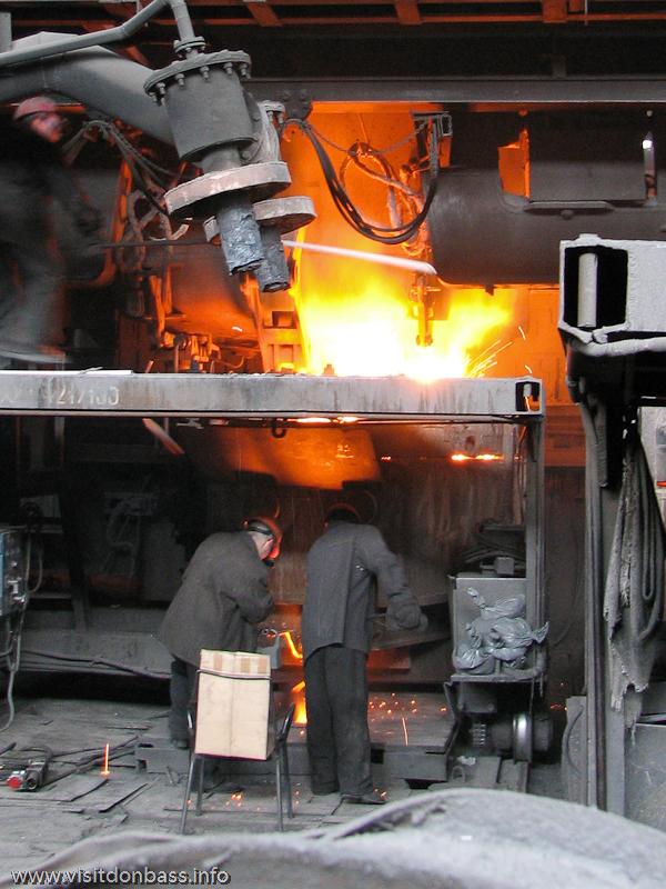 Готовая сталь отправляется на разливку в мартеновском цехе завода Донецксталь