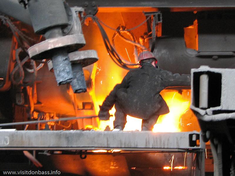 Профессия металлурга - опасная, рядом расплавленный металл