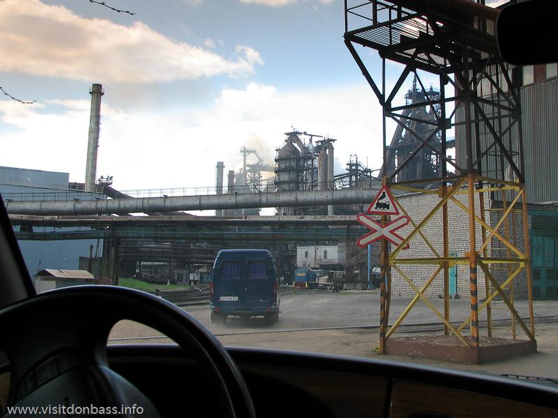 Металлургический завод Донецксталь. Готовая продукция и опасное производство. Около действующих доменных печей