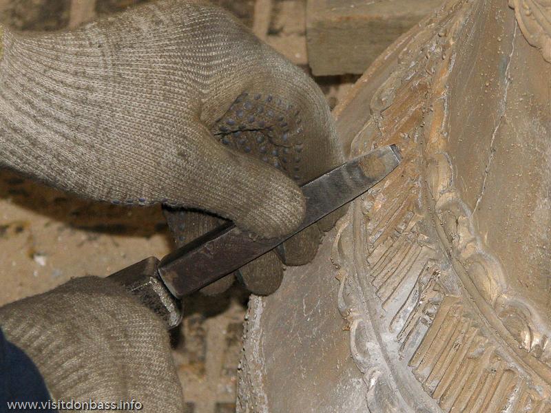 Лишние детали и элементы, появляющиеся при литье колоколов, аккуратно отбиваются и зачищаются