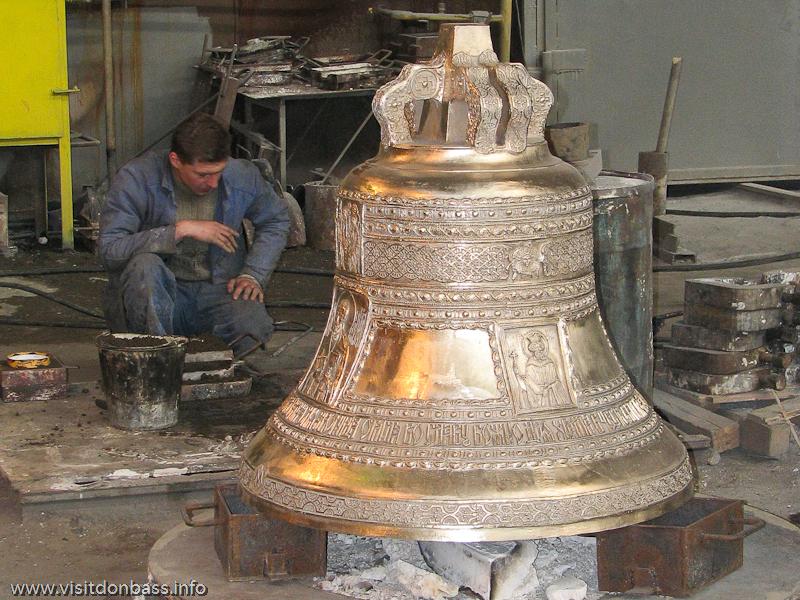 Полировка церковных колоколов в цехе завода Донецксталь