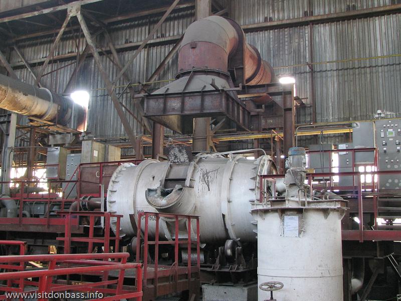 Электропечь, в которой варится металл для церковных колоколов на заводе Донецксталь