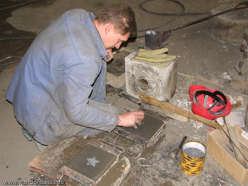 Литейные формы для нагрудных знаков в литейном цехе завода Донецксталь