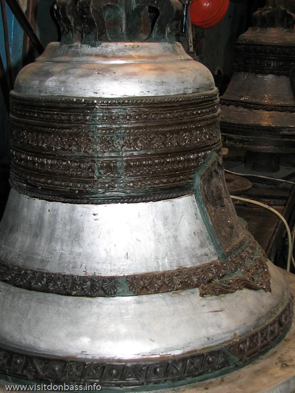 Из воска создается дизайн будущего церковного колокола. по нему делается литейная форма