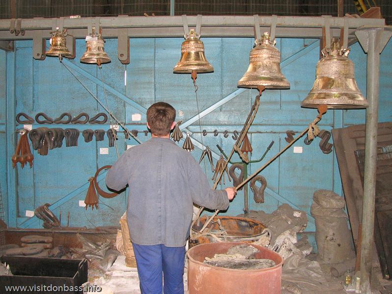 Звонарь проверяет готовые колокола на заводе Донецксталь перед отправкой заказчикам
