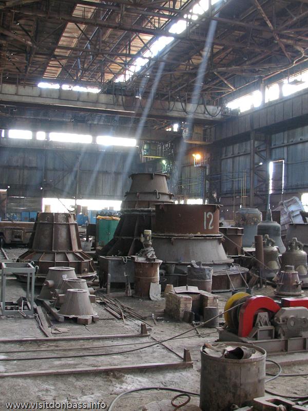 Участок по производству церковных колоколов завода Донецксталь не отличается от других литейных производств. Здесь тоже пыльно и грязно