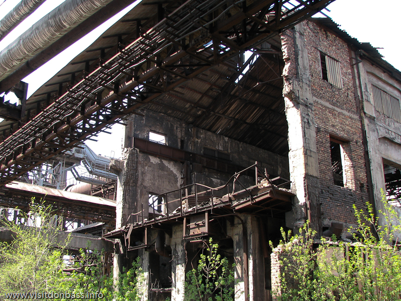 Металлургический завод Донецксталь. Готовая продукция и опасное производство. Руины старой доменной печи