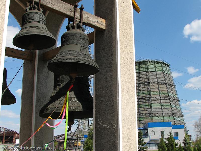 Церковные колокола в Храме Святителя Игнатия Мариупольского на центральных проходных завода Донецксталь