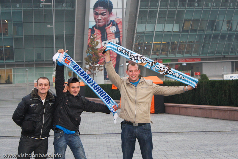 На улицах Донецка можно было встретить фанатов других команд: украинского ПФК Севастополь или российского Ростова