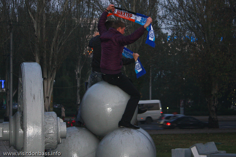 Болельщики Зенита оседлали Царь Пушку в Донецке