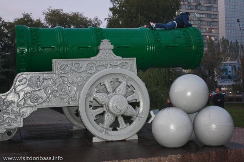 Фото: ствол донецкой Царь Пушки окрашен в зеленый цвет
