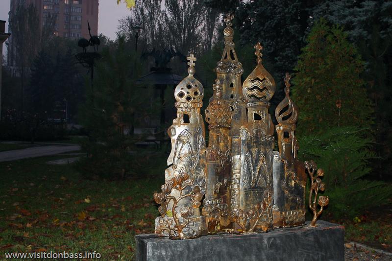 Одна из аллей парка кованый фигур посвящена мировым архитектурным достопримечательностям. Московский Собор Василия Блаженного