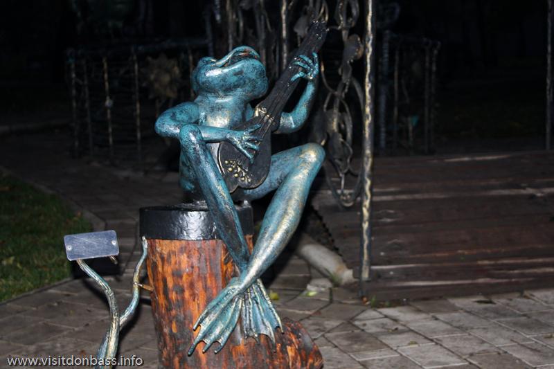 Лягушка, поющая серенады, позеленела естественным путем. Думаю, что это и есть благородная патина на бронзе