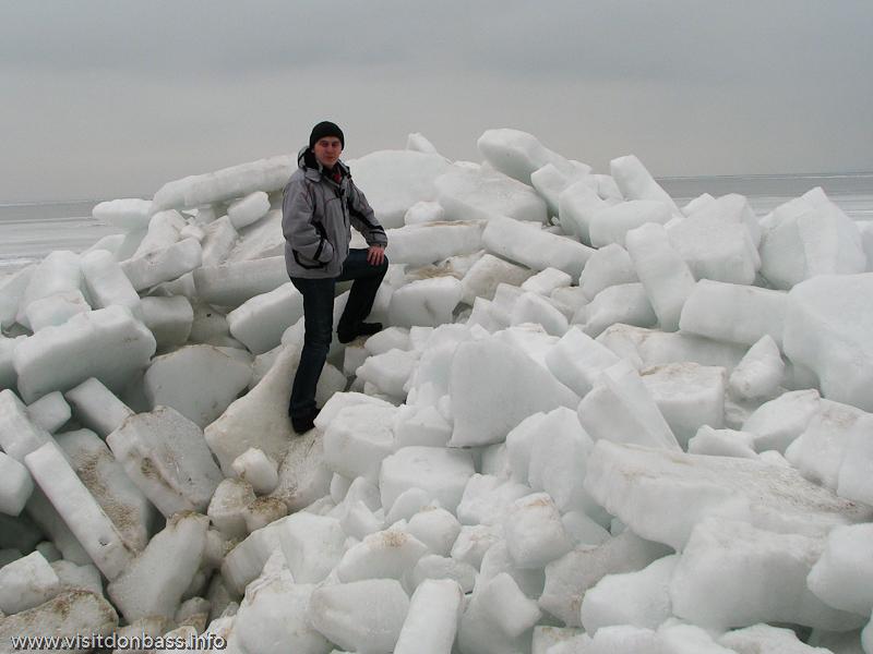 На фоне азовских льдов взрослый человек кажется карликом