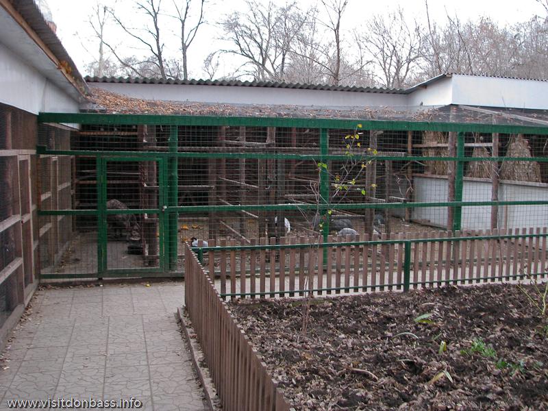 Вольеры в зоопарке Деревня Вашуры в Сартане около Мариуполя
