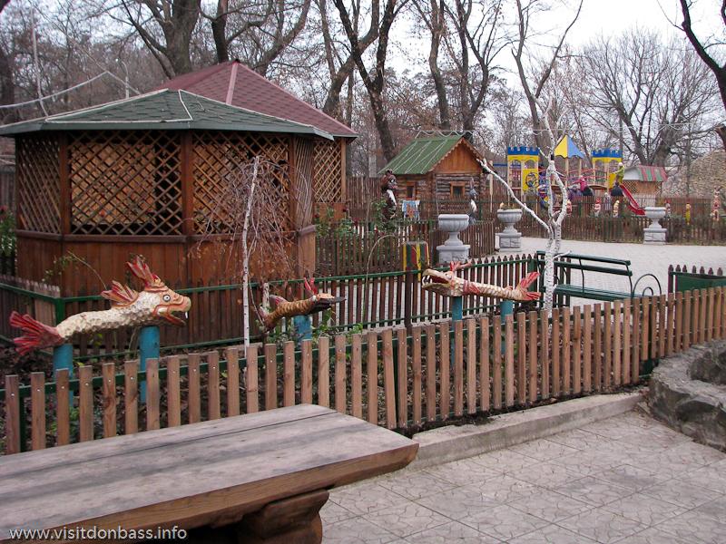 Детская площадка, беседки в зоопарке Деревня Вашуры около Мариуполя