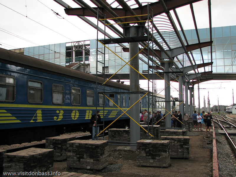 В Донецке построены два надземных перехода к перронам