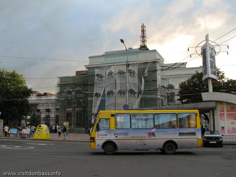 Проведен ремонт фасадной части старого донецкого ж/д вокзала