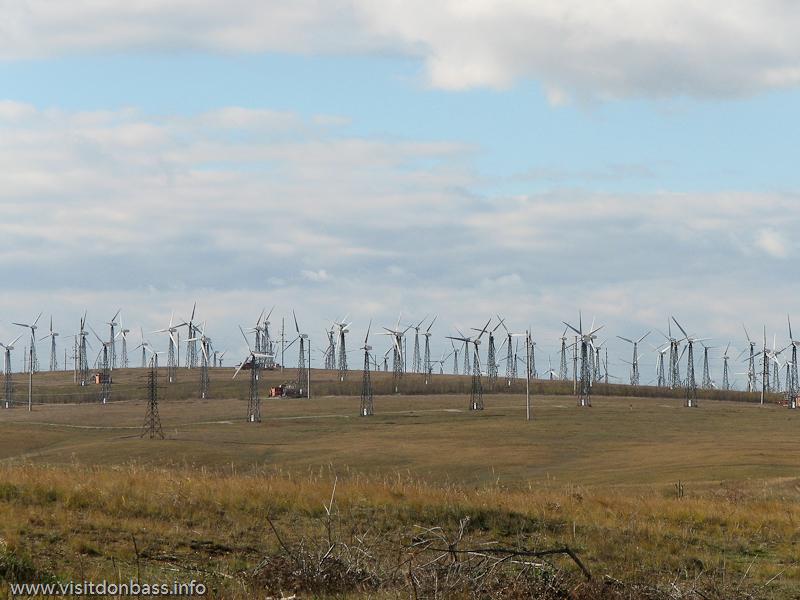 Поля Приазовья буквально утыканы ветрогенераторами Новоазовской ВЭС