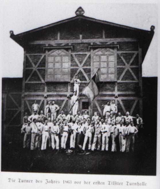 Die Turner des Jahres 1863 vor der ersten Tilsiter Turnhalle