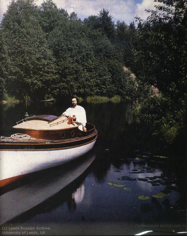 1910 Леонид Андреев на моторной лодке Савва на Черной речке ниже по течению своего дома