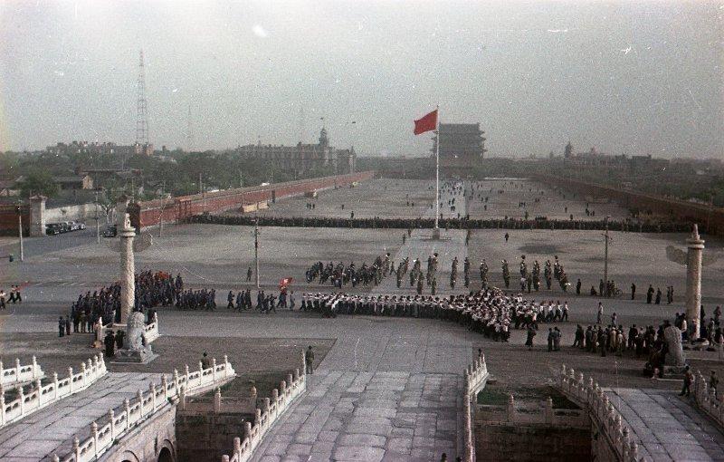 1950 Демонстрация студентов на площади Тяньаньмэнь в День молодежи 4 октября. Вид с правительственной трибуны