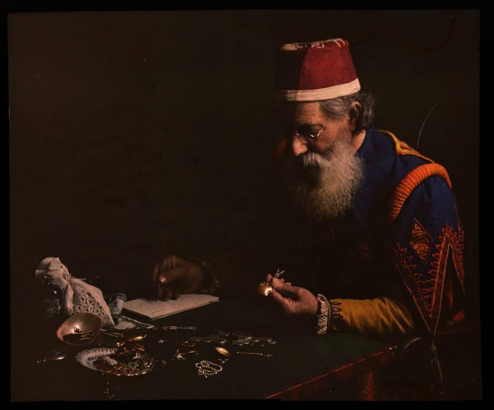 Ростовщик изучает ювелирные изделия, 1910 Dr. W. Simon