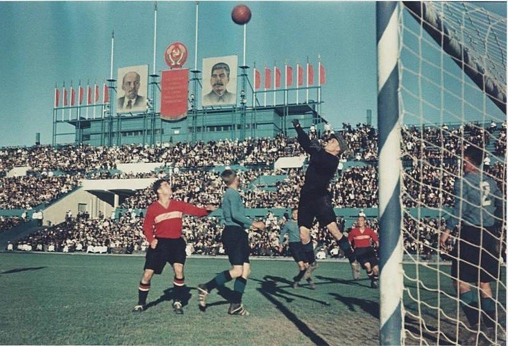 1940 Футбольный матч на фоне портретов Ленина и Сталина. Автор Николай Волков.