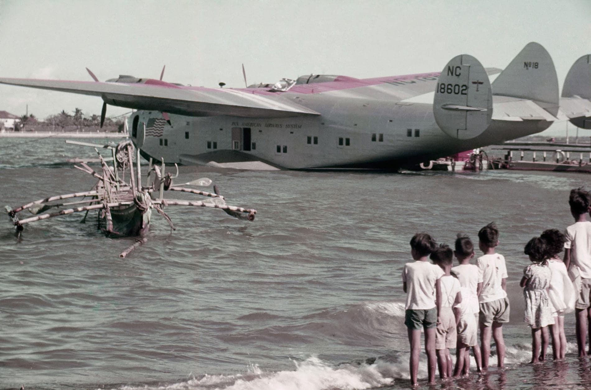 1940 philippines, Luzon, Pan Am en Cavite, en la bahía de Manila. J. BAYLOR ROBERTS