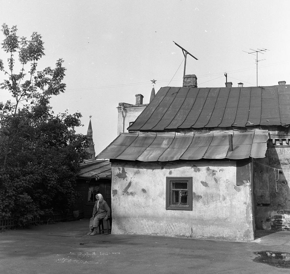 Московский дворик в двух шагах от Кремля, 1963 г. Дворы,Старая Москва,1960-е