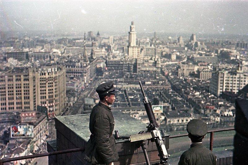 1949 Шанхай. Бойцы противовоздушной обороны дежурят на крыше одного из зданий
