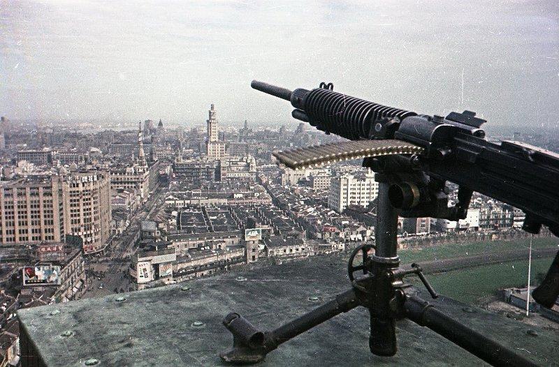 1949 Шанхай. Бойцы противовоздушной обороны дежурят на крыше одного из зданий2