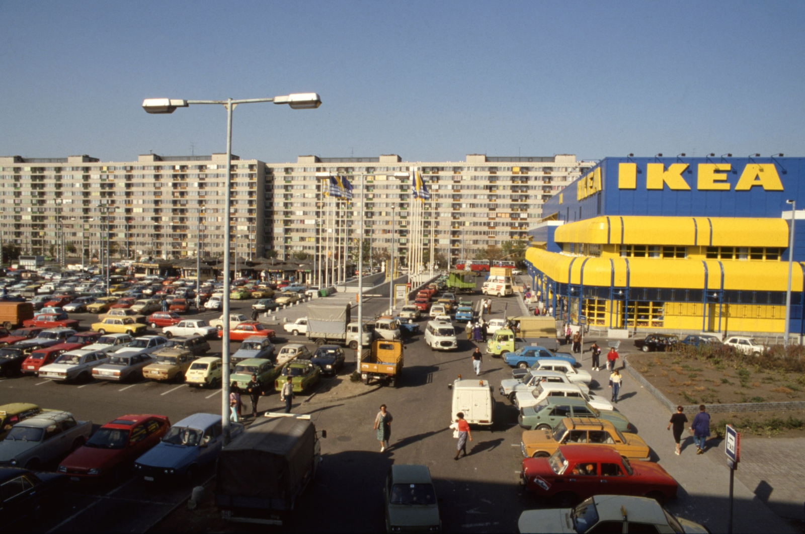 1990 Budapest. Парковка в магазине Ikea в Будапеште