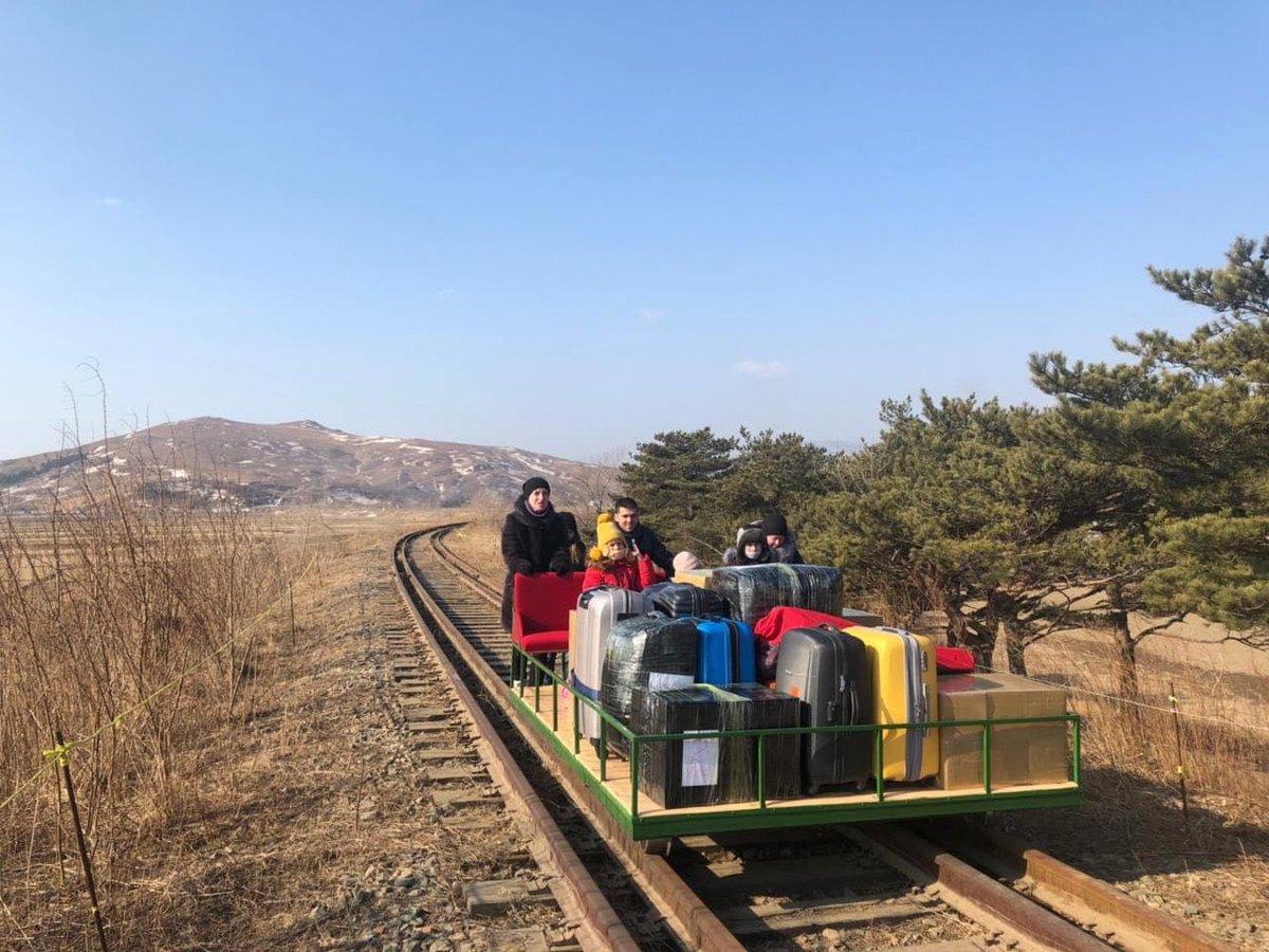 2021.02.25 сотрудники посольства России в КНДР покидают Северную Корею на дрезине из-за закрытого железнодорожного сообщения