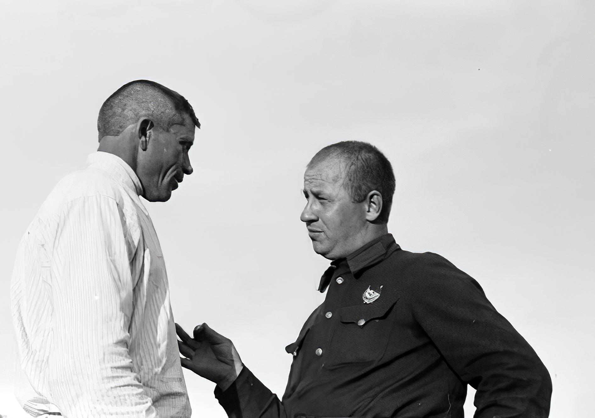 1931 Красноармеец, шеф Ромашкинского сельсовета, беседует с председателем сельсовета о причине прорыва по реализации государственного займа 3-решающий