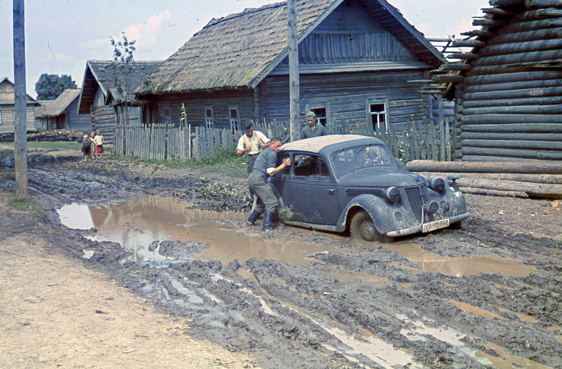 1941 Im Schlamm feststeckendes Auto, bei Orscha. August 1941
