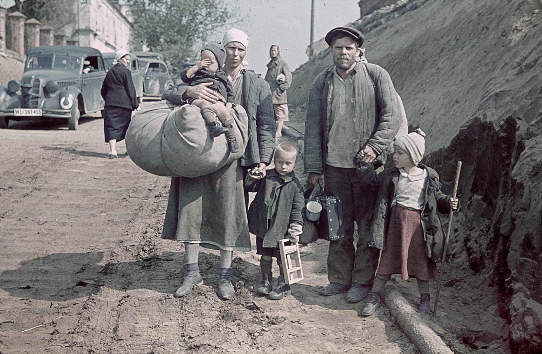 1941 Familie mit ihrem ganzen Besitz in Smolensk, August 1941