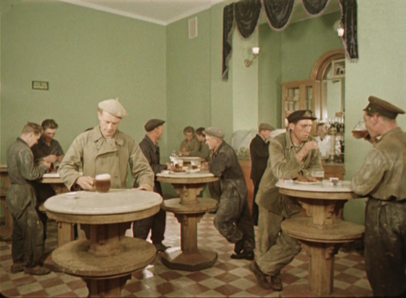 1956 кто из нас перед обедом не любит выпить кружку вкусного московского пива3