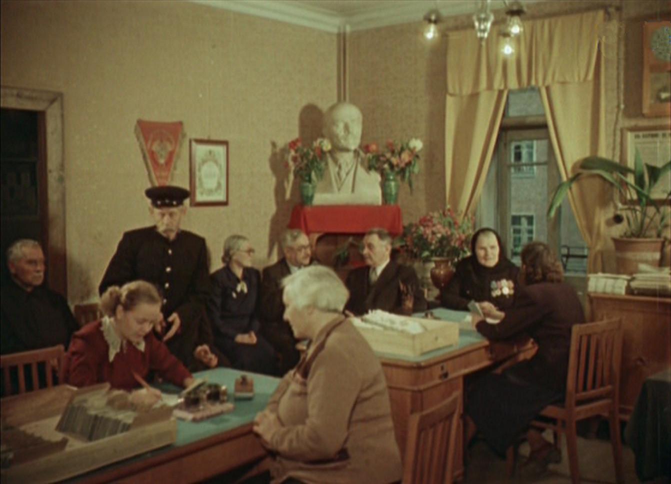 1956 В домеуправлении на Кооперативной ветеранам труда вручают новые пенсионные книжки