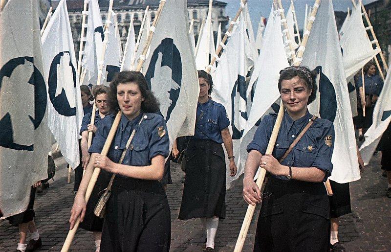 1951  III Всемирный фестиваль молодежи и студентов. Участницы демонстрации
