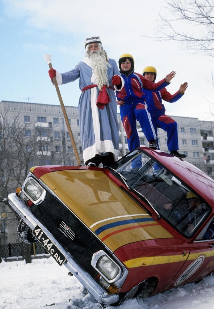 1978 Дед Мороз среди участников автородео в Саратове, 1978 год. Юрий Набатов. Фотохроника ТАСС